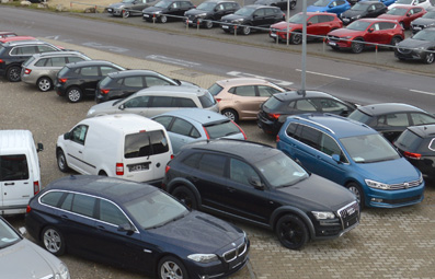 Befestigte Stellflächen für Autohandel